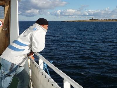 Seemann lehnt an der Reeling