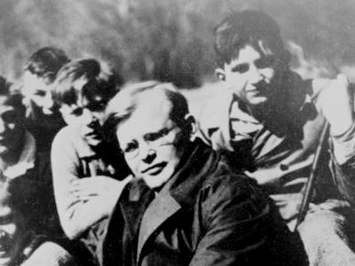 Dietrich Bonhoeffer mit Schülern im Frühjahr 1932