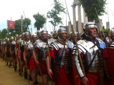 Laiendarsteller in den Uniformen römischer Legionäre