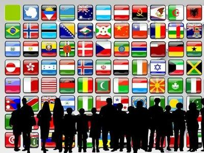 Grafik zeigt die schwarzen Silhouetten kleiner und großer Menschen vor einer Wand mit Nationalflaggen verschiedener Länder