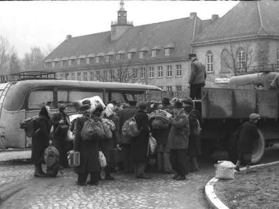 Deutsche Vertriebene warten im Umsiedlerlager Heiligenstadt in Thüringen auf ihre Weiterfahrt per Bus.