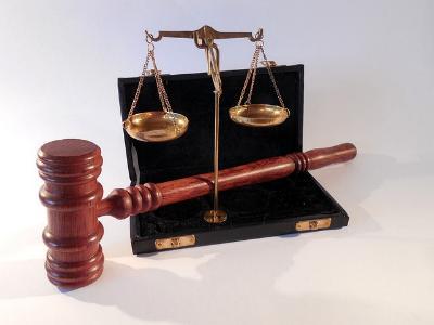 Hammer und Waage - Symbole der Gerichtsbarkeit