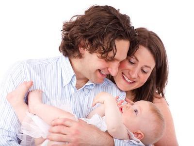 eine Familie: Vater, Mutter und ein Kleinkind