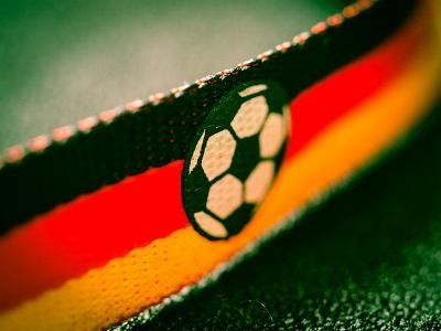 Fan-Schal in schwarz-rot-gold mit eingesticktem Fußball