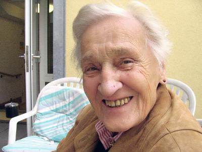 Alte Dame lächelt in die Kamera