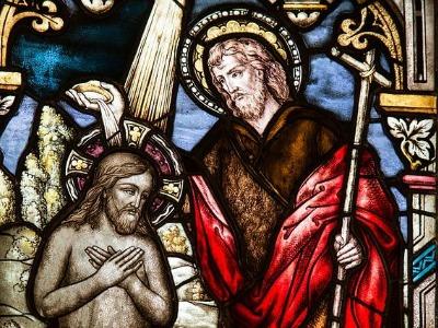 Ein Buntglasfenster zeigt die Taufe Jesu durch Johannes den Täufer