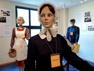 Im Mueseum: Schaufensterpuppen tragen die alte Tracht von Erzieherinnen aus dem 19. und 20. Jahrhundert