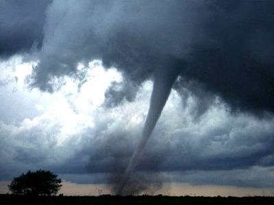 dunkle Wolken und ein Tornado ziehen über das Land