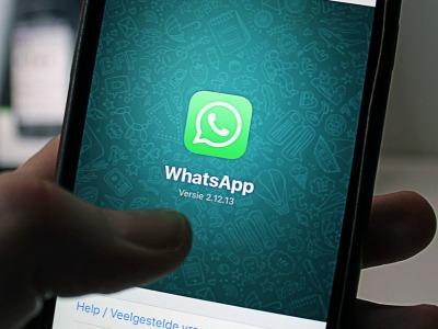 das WhatsApp-Logo leuchtet auf einem Smartphone-Bildschirm