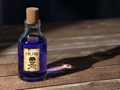 Kleines blaues Fläschchen mit Totenkopf-Etikett