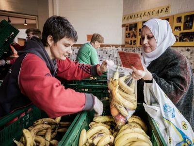 Lebensmittelausgabe an eine bedürftige Person