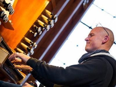 Mann spielt auf einer Kirchenorgel