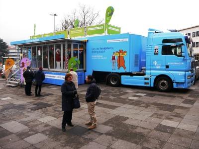 der Luther-Truck: ein himmelblauer LKW mit Auflieger