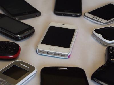 mehrere ausrangierte Handys