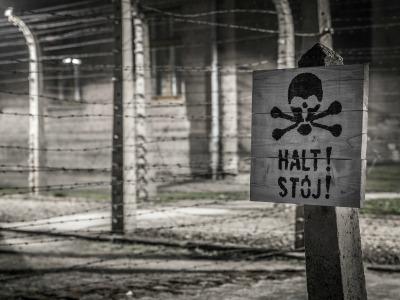 Warnschild mit Totenkopf im KZ Auschwitz