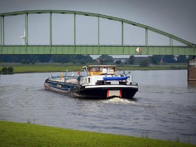 Fluss mit Binnenschiff