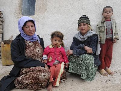 zwei irakische Frauen und ihre Kinder
