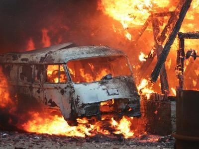 ein brennender Kleinbus