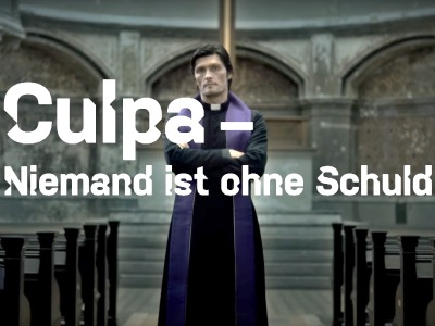 Priester mit violetter Stola in einer dunklen, alten Kirche