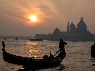 Gondel vor dem Dom in Venedig