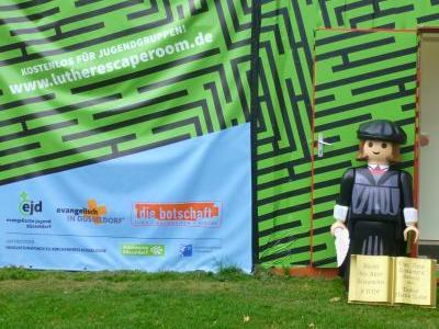 Große Playmobil-Luther-Figur vor einem Eingang