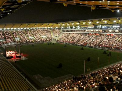 Kerzenmeer im Fußballstadion