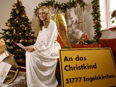 junge blonde Frau als Christkind verkleidet