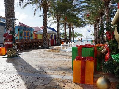 weihnachtlich geschmückte Strandpromenade im Sonnenschein