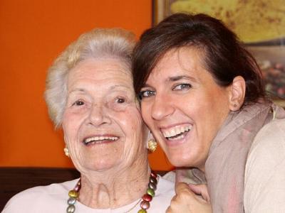 alte Dame und junge Frau lächeln in die Kamera