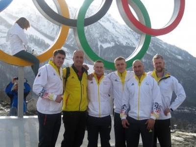 Gruppenbild vor den Olympischen Ringen