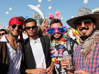 kostümierte junge Israelis feiern das Purimfest