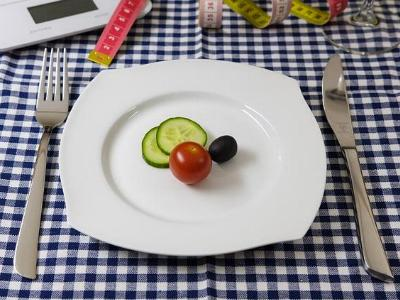 kleine Portion Gemüse auf einem großen Teller