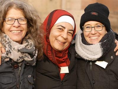 drei Frauen Arm in Arm