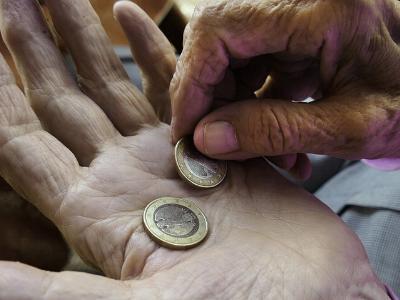 alte Hände zählen Euro-Münzen
