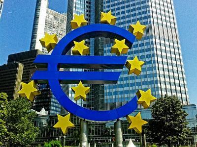 Büro-Wolkenkratzer mit Euro-Symbol