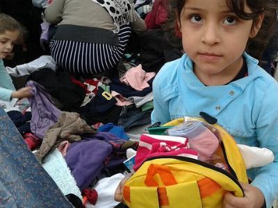 syrisches Flüchtlingskind mit einem Geschenk