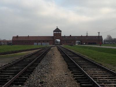 Hauptgebäude und Einfahrt des KZ Auschwitz-Birkenau