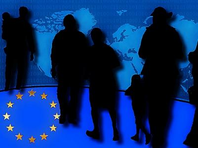 Schatten von Menschen auf einer blauen EU-Fahne