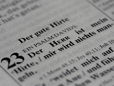 Nahaufnahme eines Bibeltextes Psalm 23