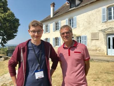 zwei Männer vor der Gedenkstätte im französischen Izieu