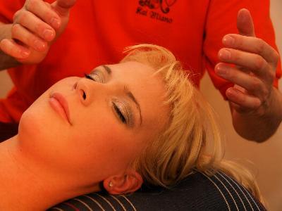 Junge blonde Frau lässt sich die Hände auflegen