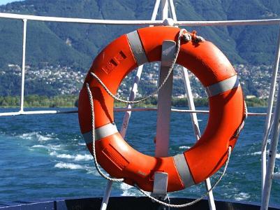 Rettungsring an einer Schiffsreeling