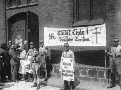 Berlin 1933: Nazis mit Hakenkreuzen vor einer Kirche