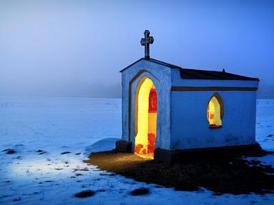 kleine Kapelle in der Abenddämmerung im Schnee