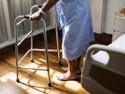 alte Frau mit Gehhilfe
