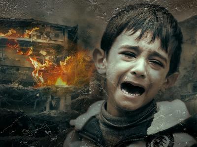 kleiner Junge weint vor einem brennenden Haus