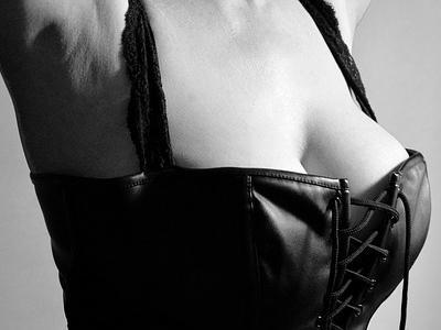 aktfoto: weiblicher Torso im Lederkorsett