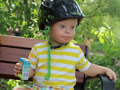 kleiner Junge mit Down-Syndrom