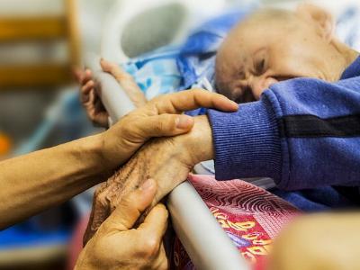 alter Mann im Pflegebett