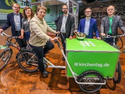 Verantwortliche des Deutschen Evangelischen Kirchentages posieren für ein Pressefoto